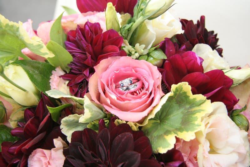 Mazzo nuziale floreale degli anelli di cerimonia nuziale fotografia stock
