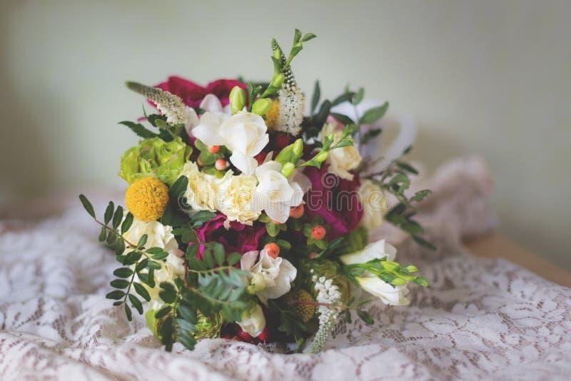 Mazzo nuziale splendido con le rose, i garofani, le fresie e la pianta del giardino fotografia stock libera da diritti