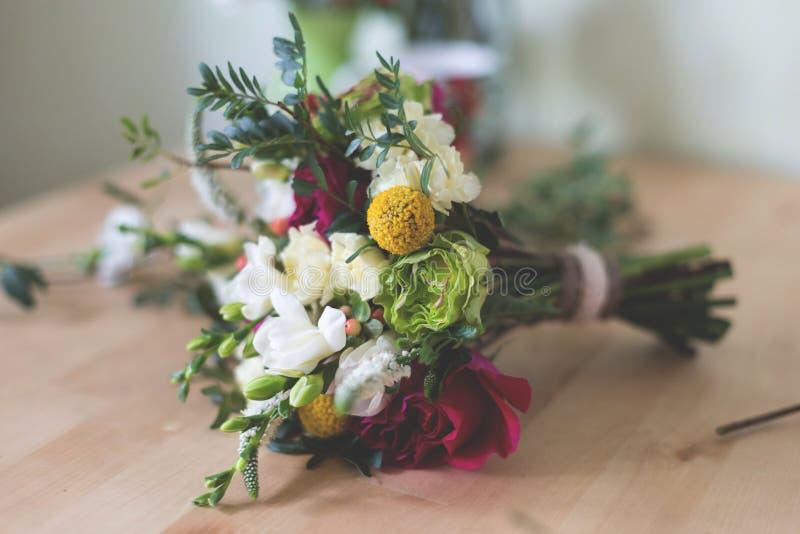 Mazzo nuziale stupefacente con le rose, i garofani, le fresie e la pianta del giardino immagine stock