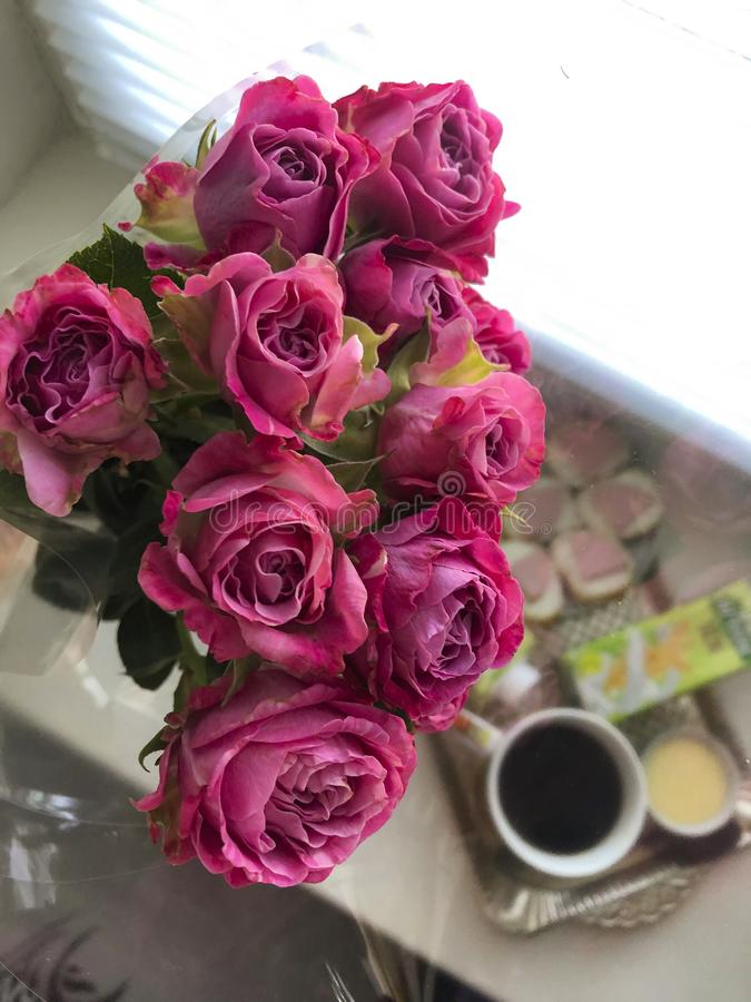 mazzo rosa di piccole rose nel caffè del fondo Women& x27; giorno di s fotografia stock libera da diritti
