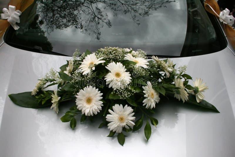 Mazzo su un'automobile di cerimonia nuziale fotografia stock libera da diritti