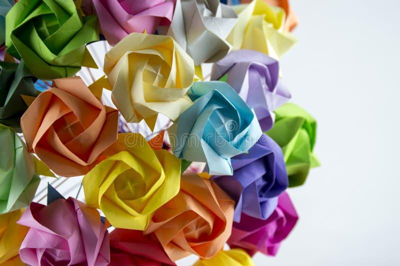 Mazzo variopinto del fiore di origami su fondo bianco fotografie stock libere da diritti
