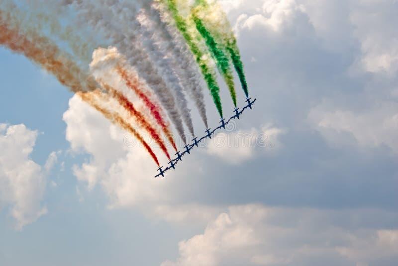 MB-399从Frecce Tricolori小组油漆意大利人标志飞行 免版税库存图片