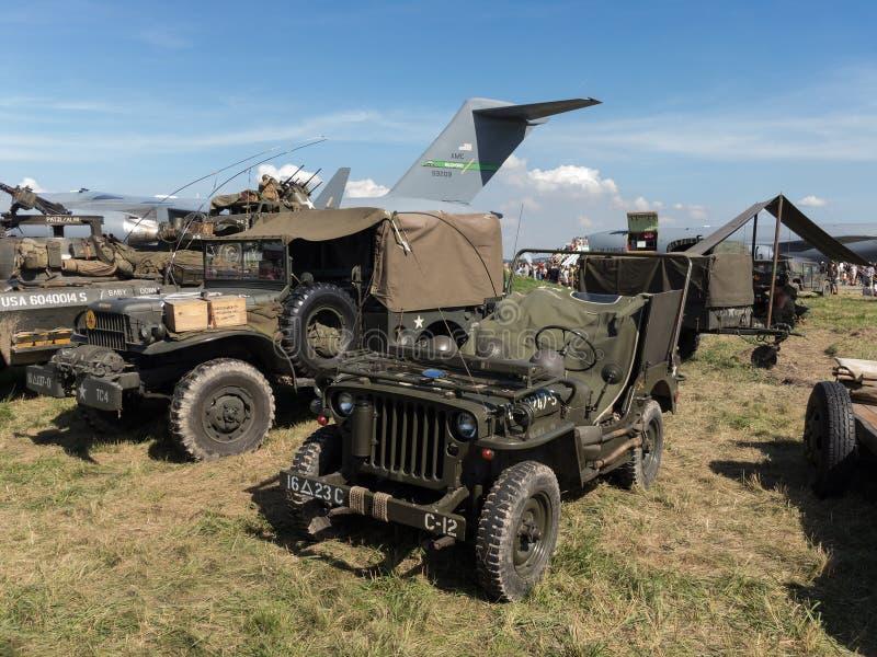 MB de Jeep Willys et d'autres véhicules militaires historiques photographie stock