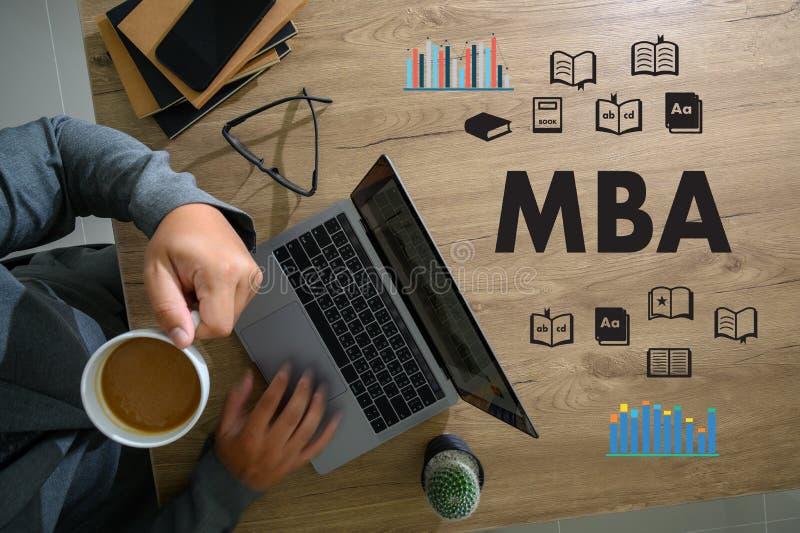 MBA manhänder på modern bärbar datorförlage av affärsadministrationen arkivfoto