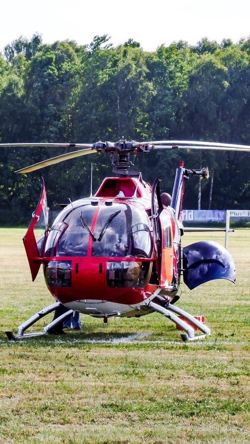 MBB Bo-105 d'Eurocopter des taureaux de vol sur l'aérodrome d'herbe photo stock