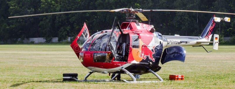 MBB Bo-105 di Eurocopter dei tori di volo sull'aerodromo dell'erba fotografie stock libere da diritti