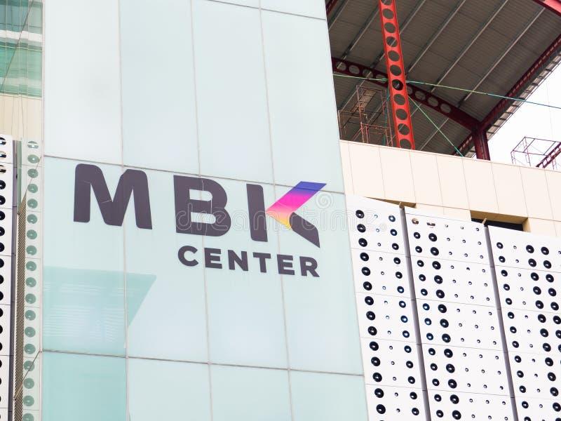 MBK centreert, ook gekend als Mahboonkrong is een groot winkelcomplex, beeld van zijn embleem in dichte omhooggaand stock fotografie