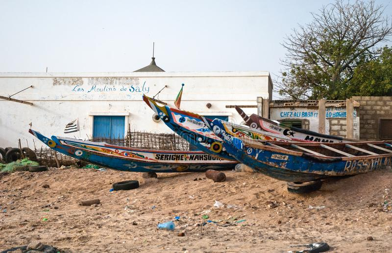 Mbour, Σενεγάλη: Ζωηρόχρωμα αλιευτικά σκάφη που προσαράσσουν στην άμμο στοκ εικόνα