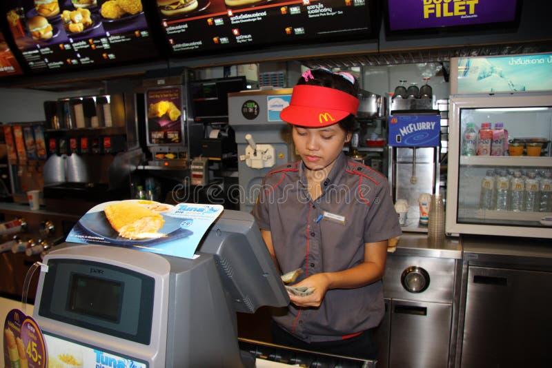 Mc Donalds咖啡馆和年轻女工柜台在曼谷 库存照片