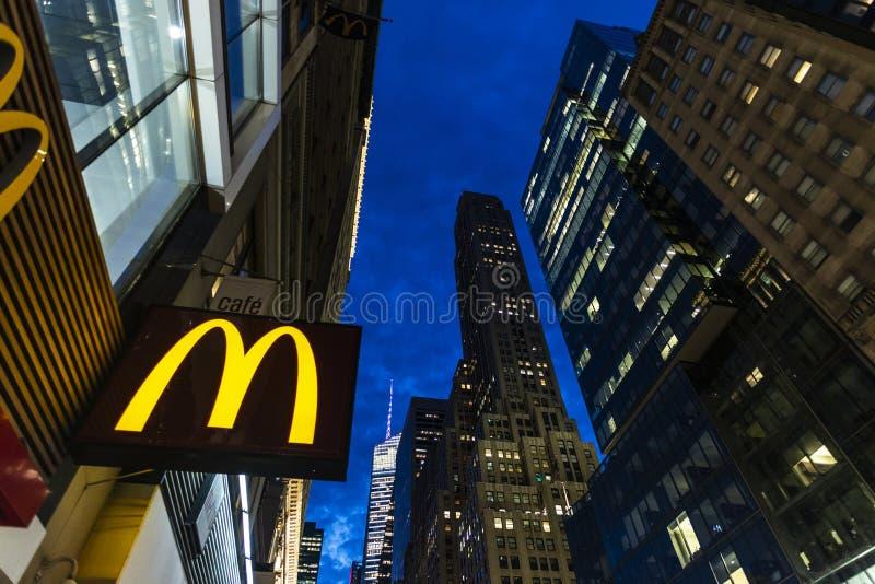 Mc Donalds nachts in Manhattan, New York City, USA lizenzfreie stockfotos