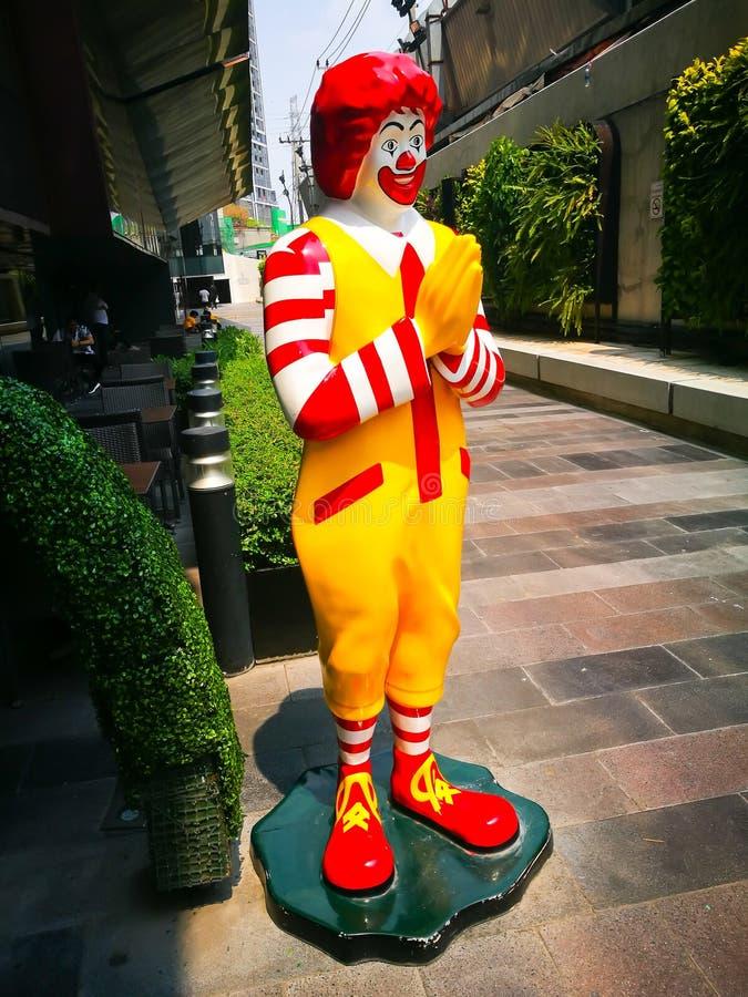 Mcdonald i naturlig storlek tecknad filmmodell som brännmärker symbolsanseende på framme av restaurangen med thailändsk tradition royaltyfri fotografi