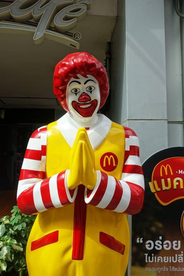 McDonald maskot av en av den McDonald restaurangen arkivfoto
