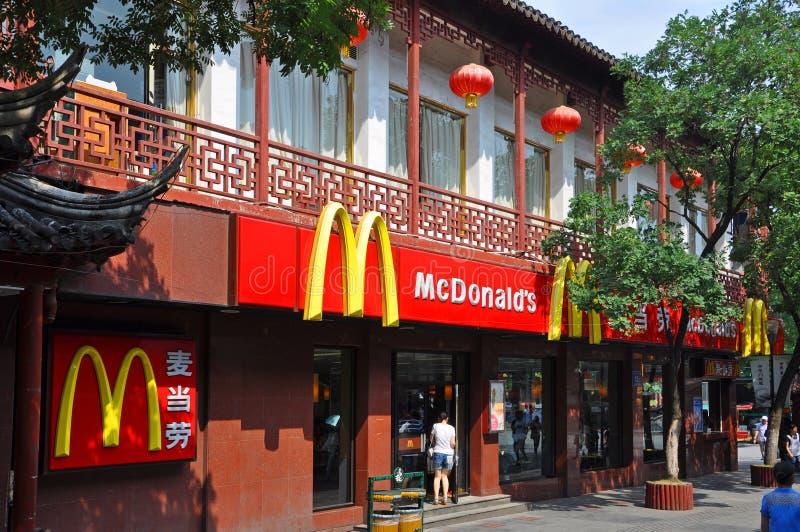 McDonald ` s bij de Tempel van Nanjing Confucius, China stock foto's