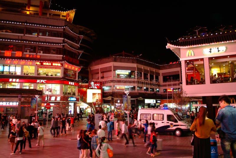 McDonald's en KFC dongmen binnen Voetstraat in Shenzhen, China stock afbeelding