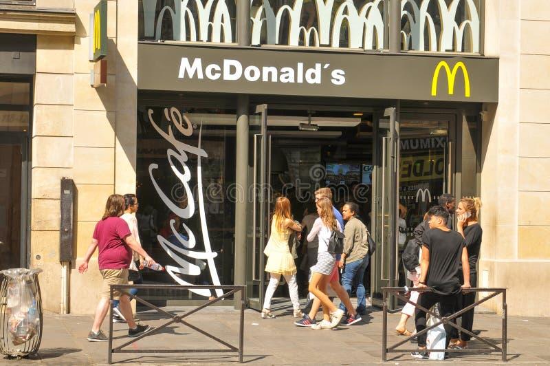 McDonald's-restaurant in Parijs stock afbeelding