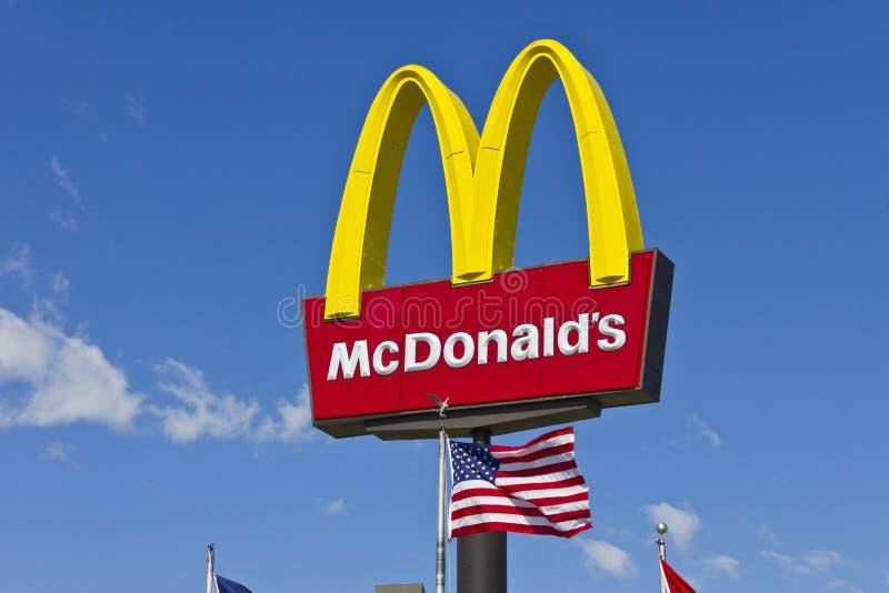 McDonald' sinal do restaurante de s com bandeira americana III imagem de stock