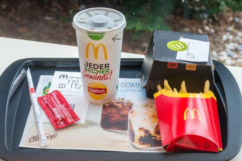 Mcdonald z podpisu salsa Avocado kanapką, francuzów dłoniakami i filiżanką z koka-kola dla napoju, obrazy royalty free