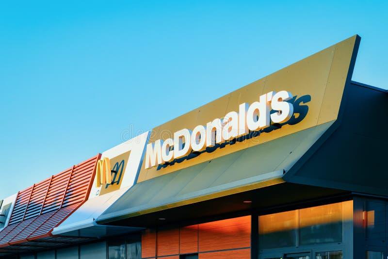 Mcdonaldembleem bij dak van restaurant royalty-vrije stock foto's