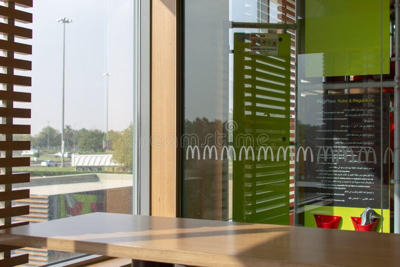 McDonalds内部Playplace和桌 免版税库存图片