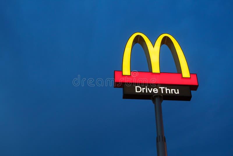 McDonalds logo på blå himmel för skymning royaltyfri bild
