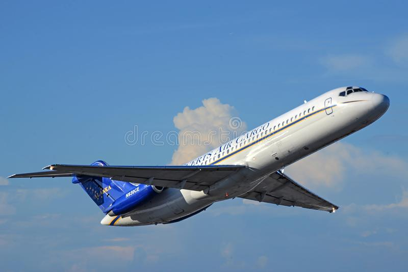 McDonnell Douglas DC-9-Everts luft Alaska som klättrar upnbakgrunden arkivfoton
