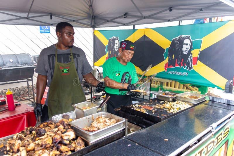 2019 McDonough, Georgia Geranium Festival - grilla jamaikansk mat arkivbild
