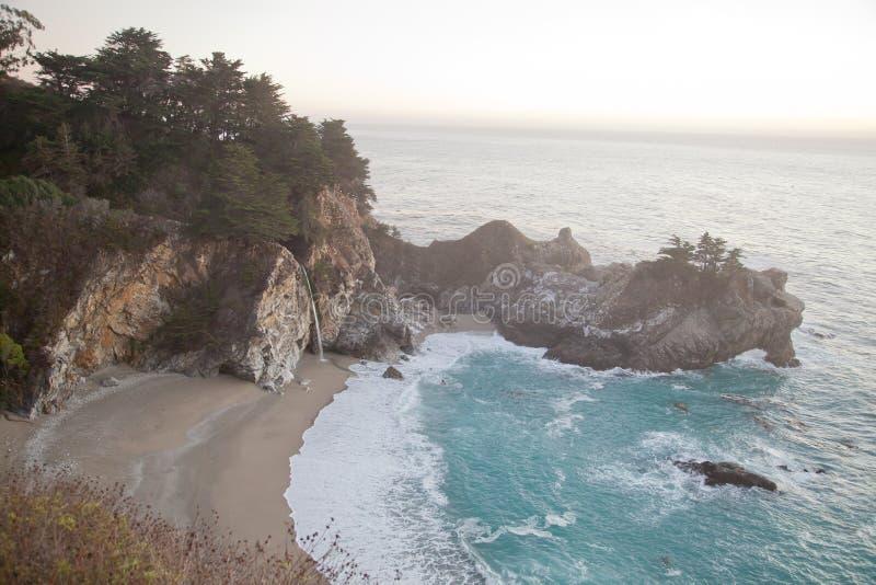 McElway tombe chez Julia Pfeiffer Burns State Park en Californie image stock