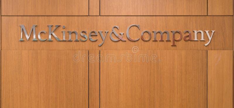 Mckinsey和在伊斯坦布尔办公室的服务台招待会的Company商标 免版税库存照片