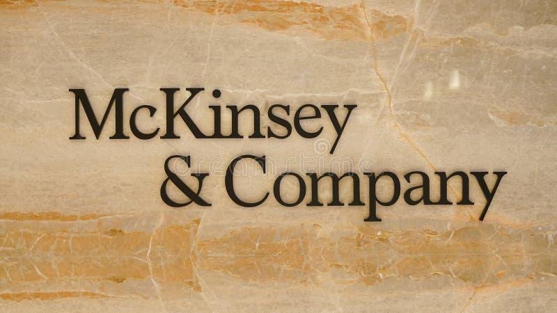 Mckinsey en Bedrijfembleem bij de ingang van het bureau van Istanboel royalty-vrije stock foto's