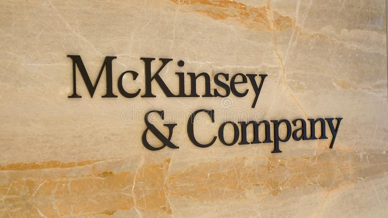 Mckinsey en Bedrijfembleem bij de ingang van het bureau van Istanboel royalty-vrije stock afbeeldingen