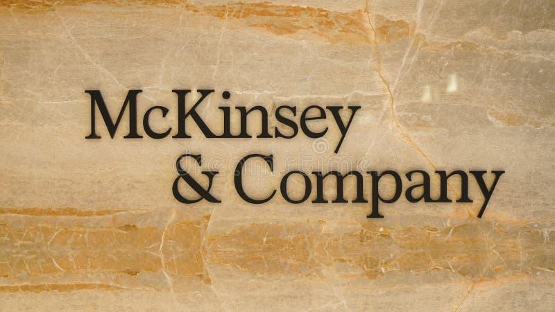 Mckinsey en Bedrijfembleem bij de ingang van het bureau van Istanboel stock afbeelding