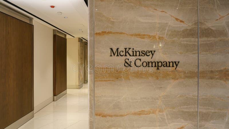 Mckinsey en Bedrijfembleem bij de ingang van het bureau van Istanboel stock afbeeldingen