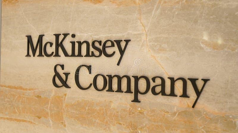 Mckinsey en Bedrijfembleem bij de ingang van het bureau van Istanboel stock fotografie