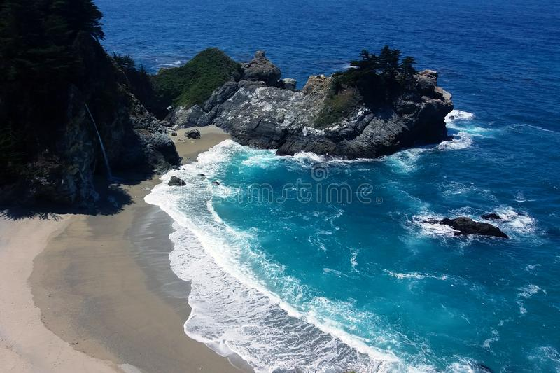 McWay liten vik med McWay nedgångar Stora Sur, Kalifornien, USA royaltyfri foto