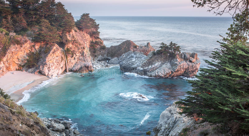 McWay nedgångar, Julia Pfeiffer Burns State Park, stora Sur, Kalifornien, USA fotografering för bildbyråer