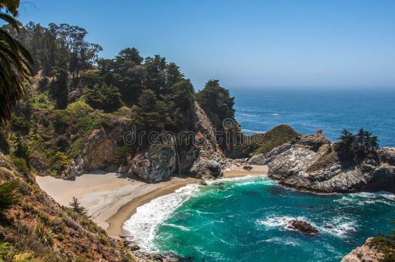McWay spadki, Duży Sura, Monterey okręg administracyjny, CA, Stany Zjednoczone obrazy royalty free