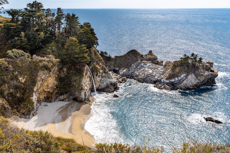 Mcway spadki przy Julia Pfeiffer oparzenie stanu parkiem na big sur wybrzeżu Kalifornia obrazy stock
