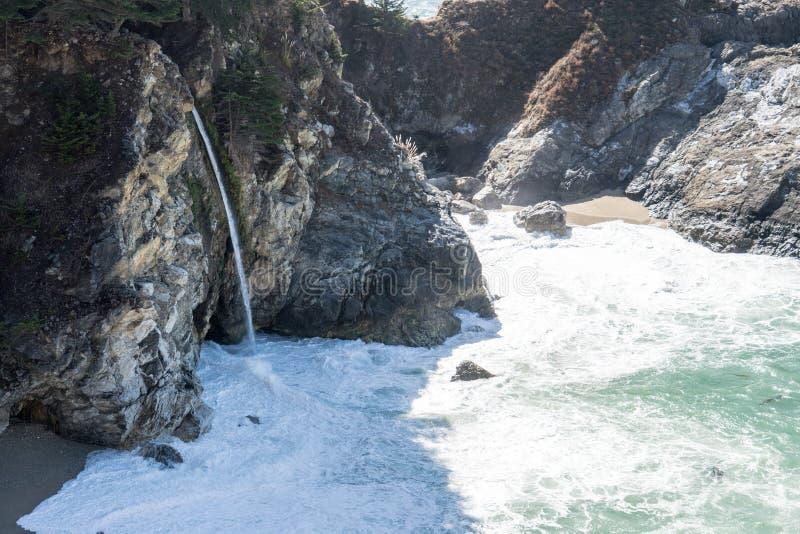 McWay spadki w Julia Pfeiffer palą stanu parka w big sur Kalifornia wzdłuż wybrzeże pacyfiku autostrady, obraz royalty free