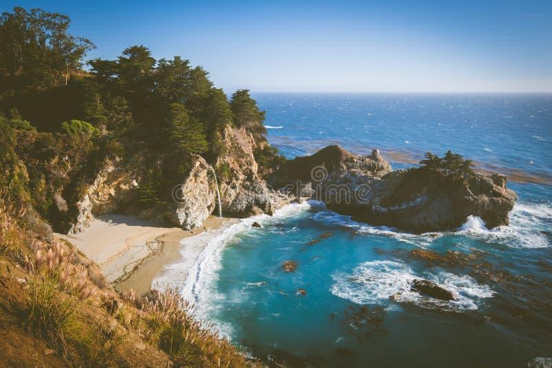 McWay tombe au coucher du soleil, Big Sur, la Californie, Etats-Unis image libre de droits