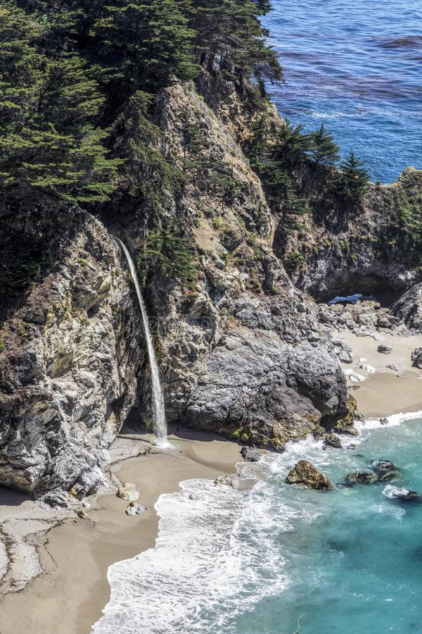 McWay tombe chez Big Sur, la Californie image stock