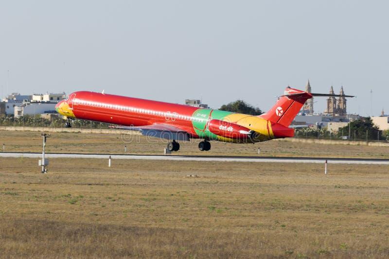 MD-83 в очень красочной ливрее стоковое фото