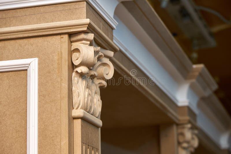 Mdf与造型和木被雕刻的资本的内阁尸体 木家具制造过程 图库摄影