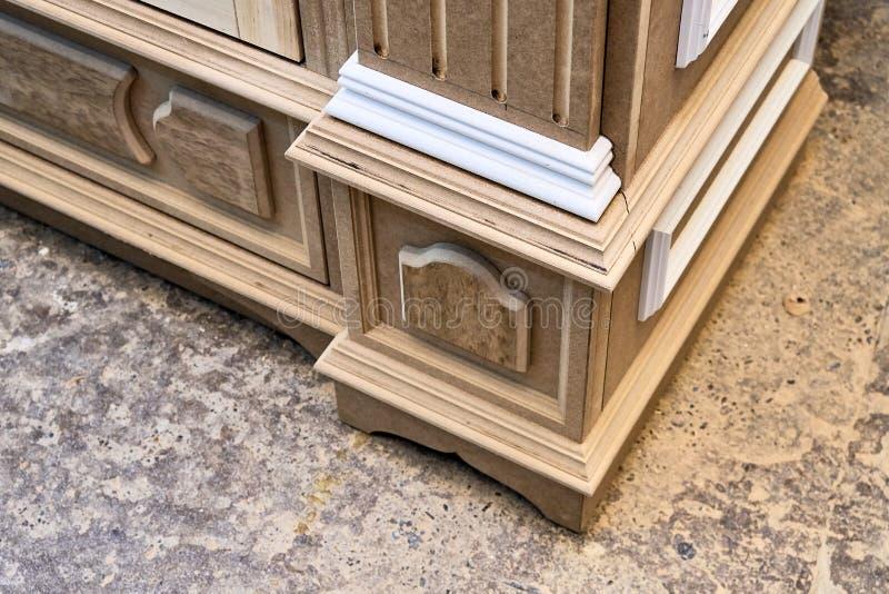 Mdf与造型和木被雕刻的资本的内阁尸体 木家具制造过程 库存图片