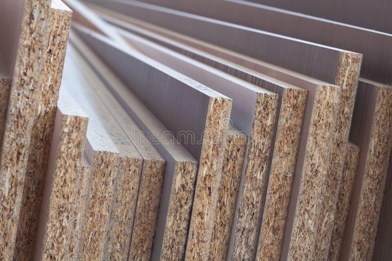 MDF SPÅNSKIVA Wood paneler av olika tjocklekar och färger arkivbild