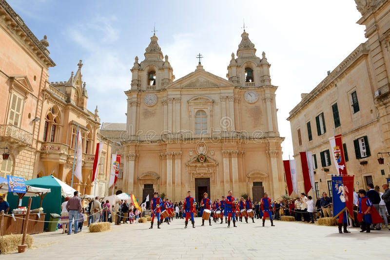 Mdina den medeltida festivalen och turisterna fotografering för bildbyråer