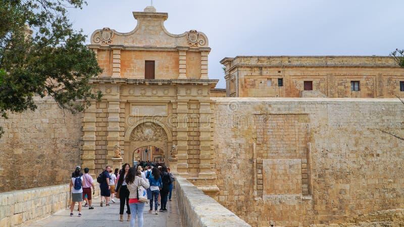 Mdina - MALTA, abril de 2018: Puerta en la ciudad medieval antigua de Mdina Mdina es un destino turístico popular en Malta foto de archivo