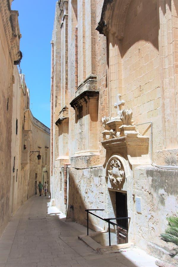 Mdina, Malta, Augustus 2015 Ingang aan de Katholieke kapel op de smalle straat van de oude stad stock afbeeldingen