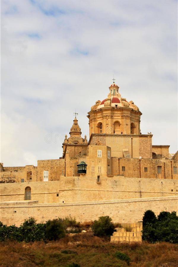 Mdina, Malta, im Juli 2014 Ansicht der katholischen hauptsächlichkathedrale der Stadt von der Seite von ländlichen Feldern stockfoto