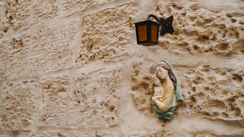 Mdina - MALTA Luzes de rua na cidade medieval antiga de Mdina Mdina é um destino popular do turista em Malta imagem de stock royalty free